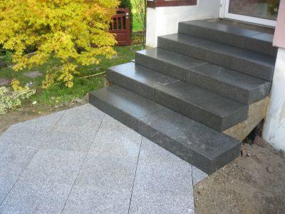 Escalier en marche bloc granit noir et dalles granit blanc for Bloc marche escalier