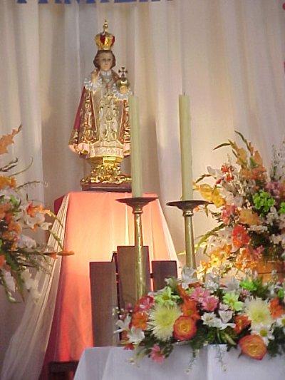 EL 25 DE CADA MES EN EL BARRIO SALOMIA 7PM. CALI. COLOMBIA . NIÑO JESUS DE PRAGA.