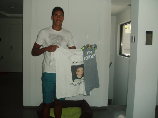 Raphael VARANE du REAL de MADRID nous offre son maillot avec l'accord du c�l�bre club de football...