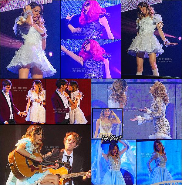 . 11-12.02.2015: La troupe de Violetta performait une nouvelle fois pour le «ViolettaLIVE» - à Lyon en France. Encore une fois ce sont des photos de fans et encore de mauvaises qualités... Je suis très contente que Martina fait une performance avec sa guitare .