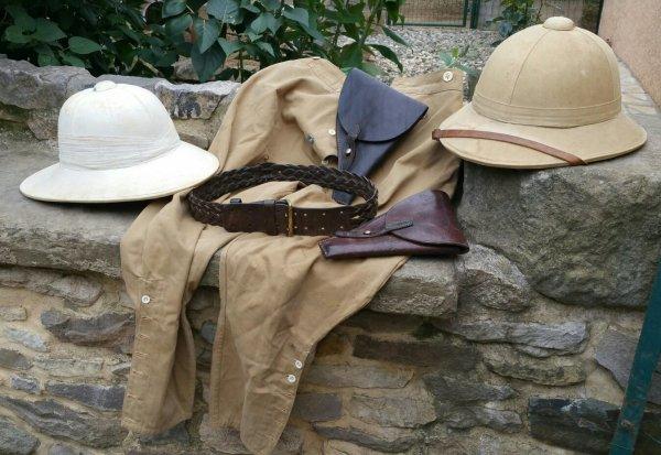 Pantalon de 1913 colonial, ceinturon 1er mod�le TDM, 2 casques colonial et 2 �tuis pour le 92. ( sortie de vide grenier )