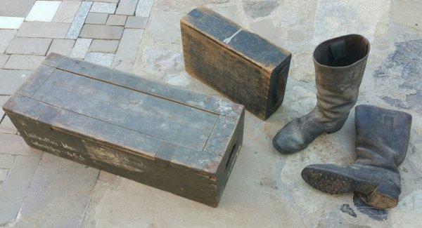 Caisse de 2cm et bottes Allemande, caisse pour mitrailleuse Vickers et toile de tente Fran�aise. ( sortie de vide grenier )