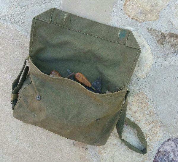 Petit mat�riel appartenant � un mar�chal-ferrant ou bourrelier WW2. ( don d'un ami )