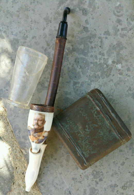Pipes et verre avec Paul Von Hindenburg et boîte de ration de chocolat Française.
