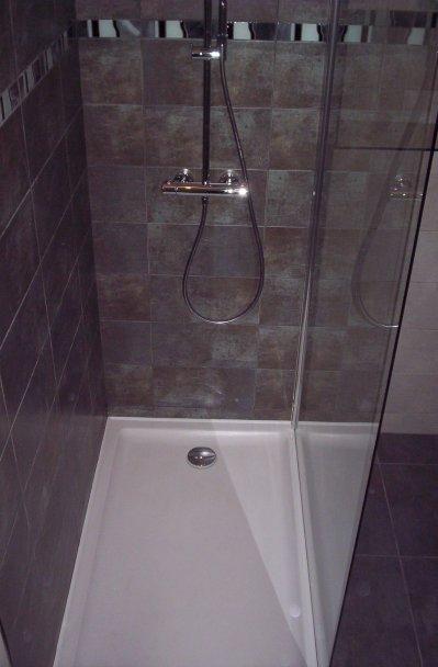 Espace douche zen avec wc suspendu et plan de toilette opaline ent galzin h - Plan de douche et toilette ...