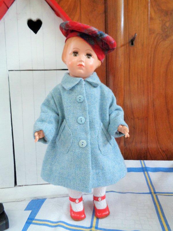 Je trie les vêtements de mes poupées.
