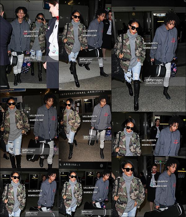 """. 08/12 : Willow Smith et Jada Pinkett ont été photographiés fraîchement arriver à l'aéroport de """"LAX"""" à Los Angeles.  Willow et Jada sont bel et bien arrivée à Los Angeles après un séjour à Paris elles sont repartie hier matin aux alentours de 8H00 !      ."""