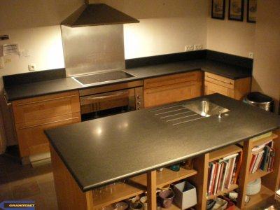 cuisine avec granit noir absolu adouci - Cuisine Moderne Orange Avec Marbre Galaxie Noir