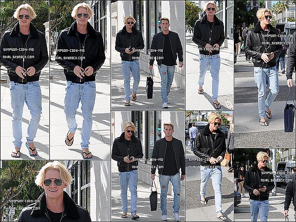 04/11/15 ♦ Cody Simpson a �t� aper�u faisant du shopping avec un ami dans les rues de Beverly Hills.