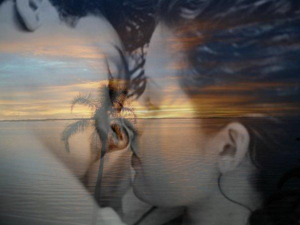 dans le bleu de tes yeux o� j'aime plonger mon regard je vois toute ta tendresse dans le bleu de tes yeux tu me caresses d'un regard et je t'aime de tant de tendresse dans le bleu de tes yeux mon Amour s'est nich� m�me s'il doit �tre secret nous sommes deux � partager face aux interdits douloureux nous volons quelques instants heureux dans le bleu de tes yeux Il n'y a qu'un mot pour nous deux je t'aime