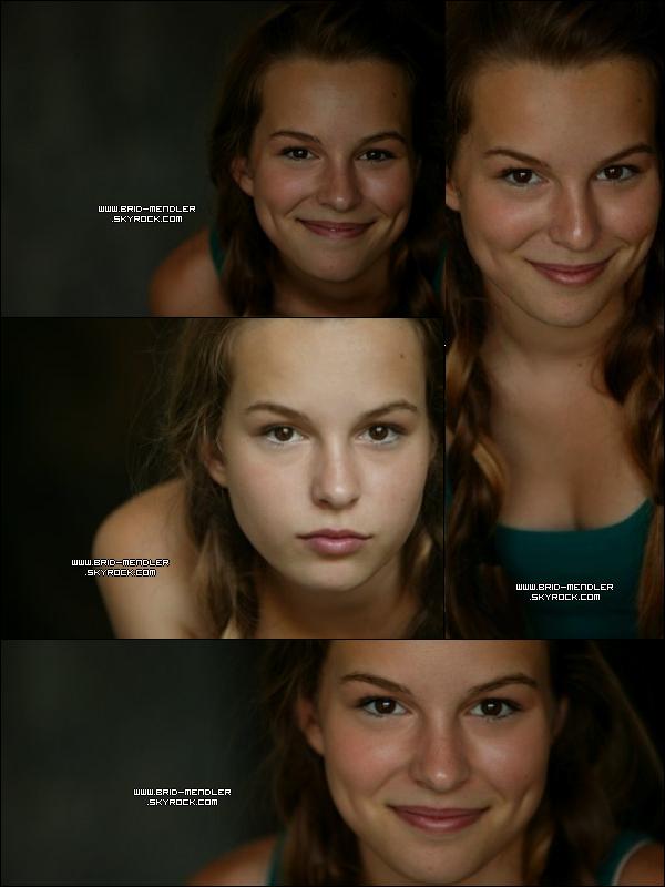 .   ---FLASHBACK   « Bridgit commençant sa carrière en effectuant son tout premier photoshoot  »         .