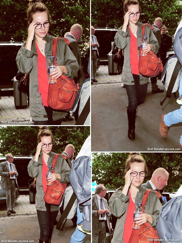 18 Juin 2013 | Bridgit a été vue se rendant à son hôtel pendant son séjour à Londonien