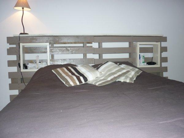 T te de lit palettes avec cubes de rangements servant de - Tete de lit avec palette ...