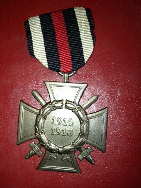 j ai reçu cet médaille d honneur de 1914-1918 allemande ,je cherche un ruban car il n y en a pas ,offert par un ami merci Lionel .