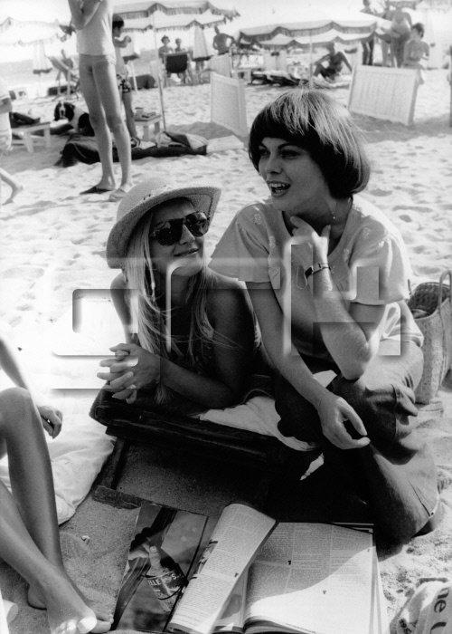 Mireille Mathieu et Sylvie Vartan sur la plage des Sports en août 1973 a Cannes