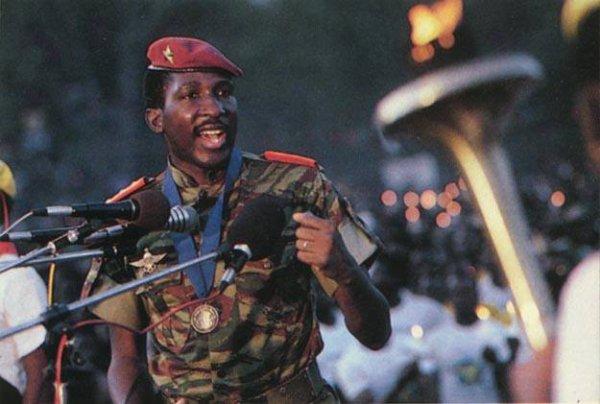 """On ne peut pas apporter un changement fondamental sans un certain dégrée de """"folie"""". Dans ce cas, cela vient de la non-conformité, le courage de tourner son dos aux vielles formules, le courage d'inventer le futur. Il a fallu des personnes """"folles"""" hier pour que nous puissions agir aujourd'hui avec une extrême clarté. Je veux être l'un de ses hommes """"fous"""".. Je veux oser inventer le futur.""""      Thomas Sankara, Président du Burkina Faso, 1983 - 1987."""