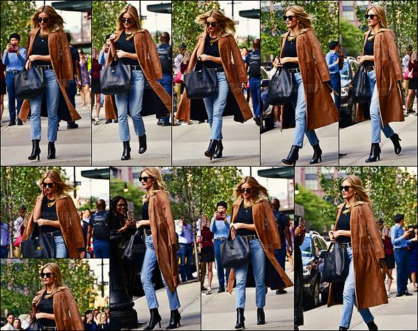 17/09/16 - Rosie Huntington a �t� aper�ue � la sortie de l'h�tel Greenwhish situ� dans New York City.  Notre Rosie �tait ravissante dans une tenue de ville assez banale,� par pour les bottines qui avaient des talons bizarres. Qu'en pensez-vous ?