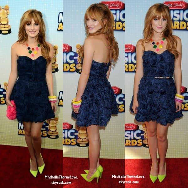 Quelles chaussures avec robe bleu marine et blanche