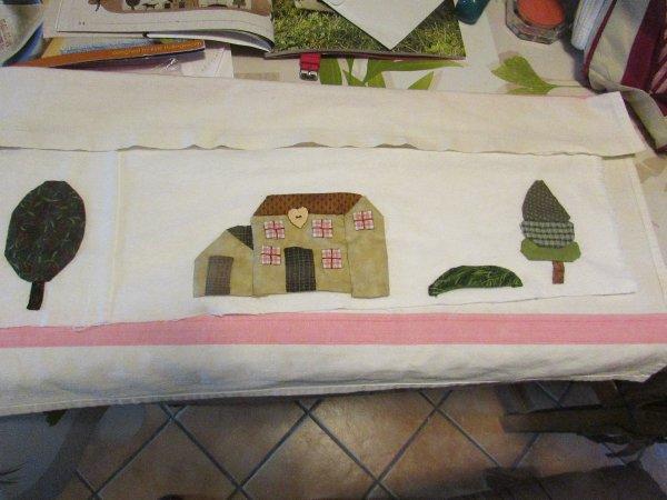 mon nouveau ouvrage en patchwork un coussin de porte en appliqué