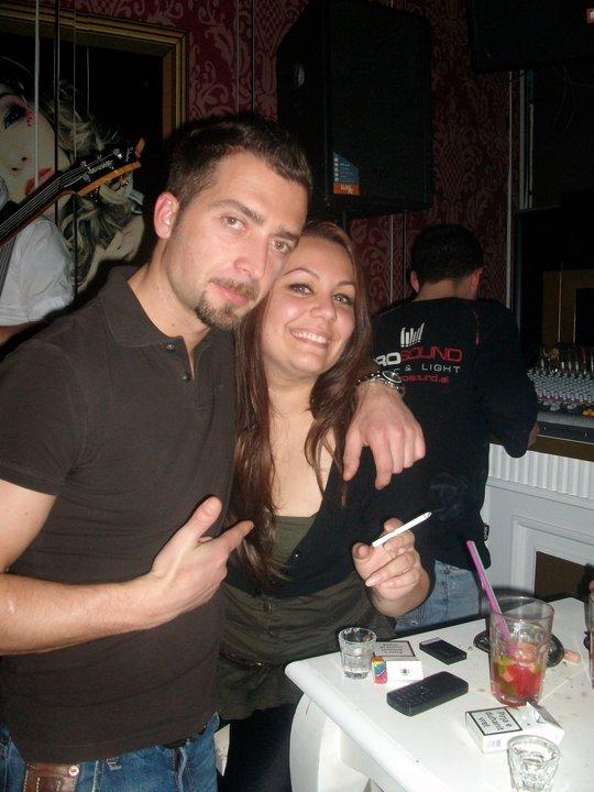 Ervini vazhdon argëtimin në pub me femra