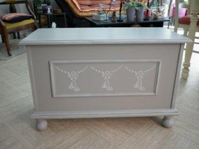 Coffre en bois fonc repeint comme ma table plus loin avec un bross et un j - Coffre en bois a peindre ...
