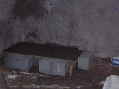 cr ation d 39 un socle en b ton pour y poser la chaudi re les travaux de la maison. Black Bedroom Furniture Sets. Home Design Ideas