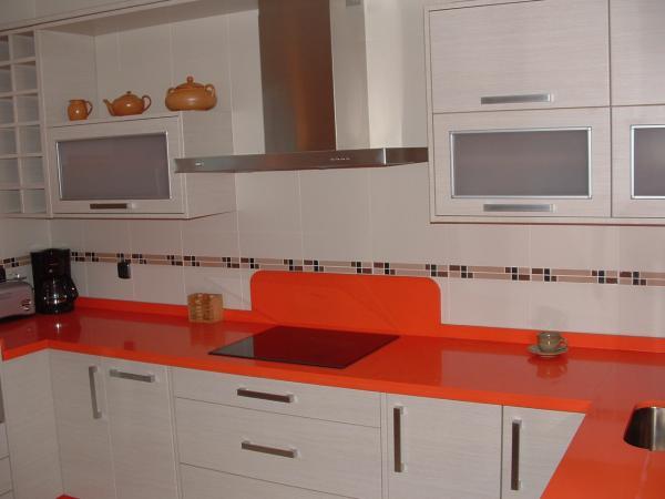 Cocina blanco mate con encimera naranja cocinas guadix - Cocinas color naranja ...