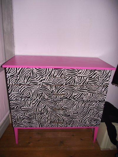 customisation commode z bre et rose et chevet rose. Black Bedroom Furniture Sets. Home Design Ideas