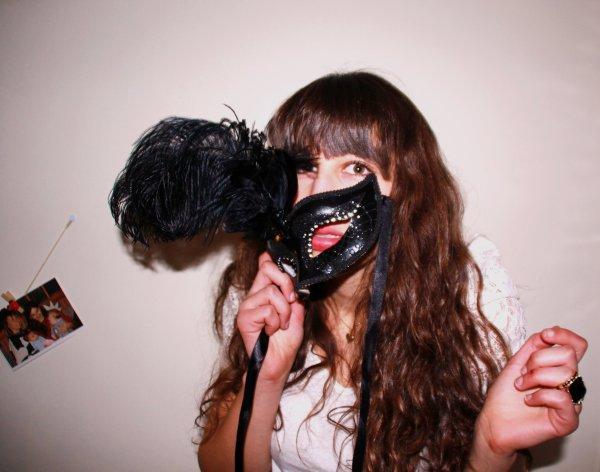 Le masque tombe, l'homme reste, et le h�ros s'�vanouit.