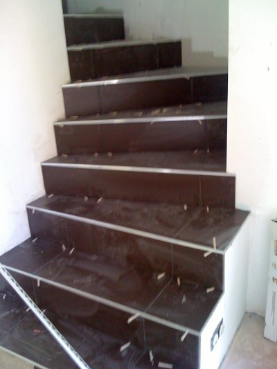 escalier avec le carrelage la construction de notre maison. Black Bedroom Furniture Sets. Home Design Ideas