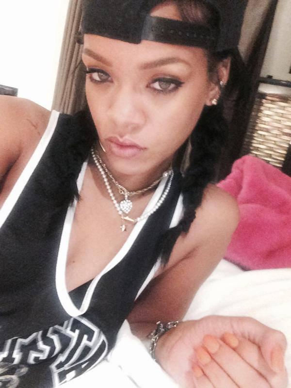 Quand Rihanna s'ennuie elle fait des Selfie