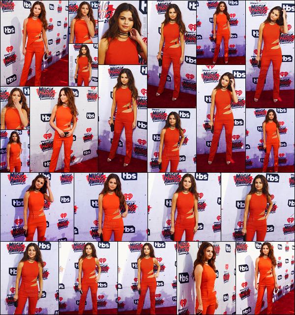 - 03/04/16 - Miss Selena Gomez prenait la pose lors des � iHeartRadio Music Awards � � Los Angeles (CA) ![/s#00000ize]Affubl�e d'une combinaison rouge - orang�, Selena �tait une fois de plus l'une des plus belles c�l�brit�s sur le tapis rouge ! Est-ce un top ou un flop ? -