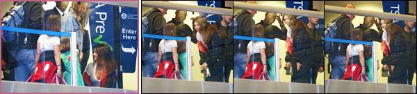 - 07/04/16 - Selena Gomez a �t� photographi�e en arrivant � 'l'a�roport international de � LAX � � Los' Angeles ![/s#00000ize]C'est une tenue assez simpliste que notre am�ricaine a d�cid� de privil�gier pour cette sortie, on ne lui reproche pas de vouloir du confort pour le vol.  -
