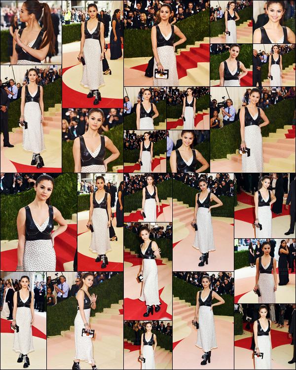 - 02/05/16 - Selena Gomez prenait la pose lors du � MET 'Gala � au Metropolitan Museum of Art de New-York ![/s#00000ize]Le th�me de cette ann�e ? Fashion in an Age of Technology. Tr�s ordinaire et pas dans le th�me du c�t� de Sel qui �tait habill�e par Louis Vuitton.  -