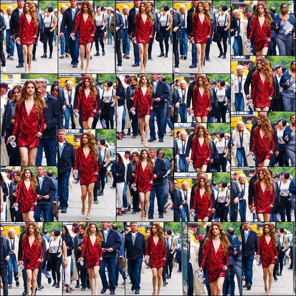 - 03/06/16 - Notre Selena Gomez d�ambulait dans les rues de New-York en direction du set d'un photoshoot ![/s#00000ize]La couleur du jour ? Le rouge ! Et on adh�re compl�tement parce que cette couleur va tellement bien � notre belle chanteuse et actrice am�ricaine. -
