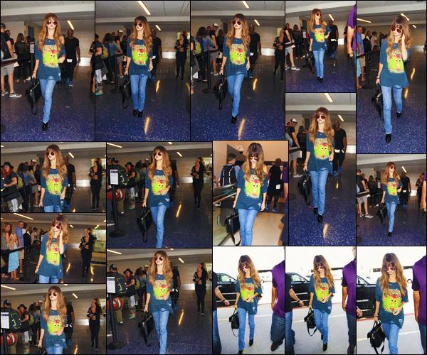 - 10/07/16 - Selly Gomez arrivait � l'a�roport international � LAX � pour prendre un vol en direction du Canada ![/s#00000ize]Plus tard, la chanteuse a �t� photographi�e � l'a�roport de Jean Lesage dans la ville de Qu�bec, o� elle donnera un concert au Festival d'�t� de Qc. -
