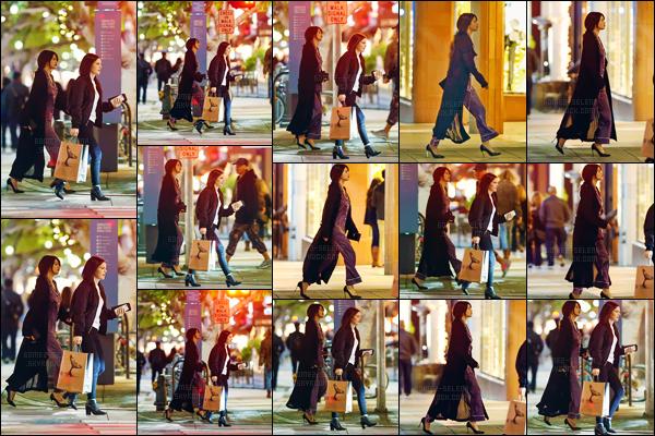 - 02.12.16'─'Selena Gomez a été photographiée en allant au restaurant mexicain « El Cholo » dans Santa Monica[/s#00000ize]Affublée d'une tenue qui a tout trait d'un pyjama, Selena Gomez reprend la vie urbaine en Californie. Selly G. était accompagnée de Ashley Cook ! -
