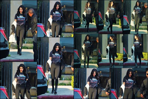 - 05.12.16 '─'Selena Gomez quittait le célèbre salon de coiffure « Nine Zero One » dans West Hollywood - (CA) ![/s#00000ize]C'est les cheveux plus courts et dans une tenue décontractée que nous retrouvons cette fois-ci la belle chanteuse. Encore un sans faute pour Selena. -