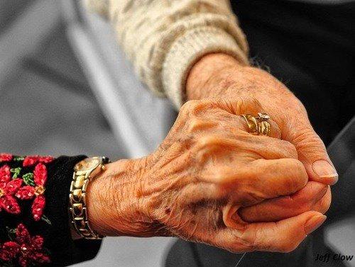 Lorsqu'on a demande à un couple comment ils ont fais pour rester ensemble 65 années, la femme a répond: Nous sommes nés a une époque ou lorsque quelque chose se casse on le répare, on ne le jette pas!