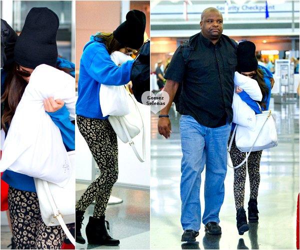 *   29.06.13 - Selena et son garde du corps arrivant � JFK, a�roport de New York......   Flop!*