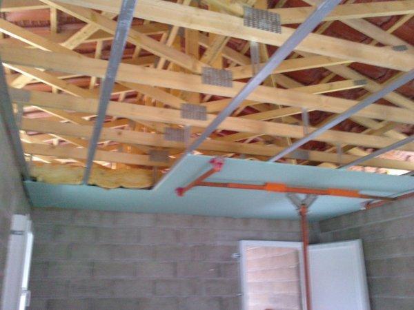 le plafond ba13 hydro avec son isolation 25cm laine de verre isolation des murs placo mur. Black Bedroom Furniture Sets. Home Design Ideas