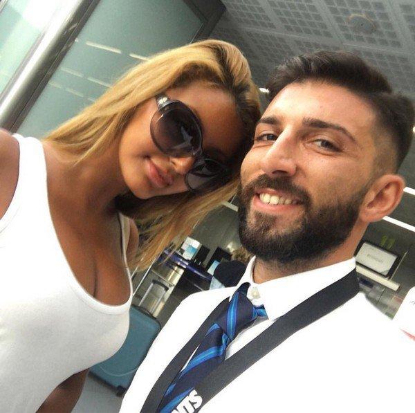 Zahia et un fan en Italie.