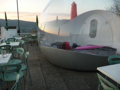 une bulle pour y dormir sur une terrasse de resto lustin blog de marie02170. Black Bedroom Furniture Sets. Home Design Ideas