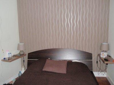 chambre peinture mat soyeux sur les murs et une t te de lit en tapisserie intiss e marron. Black Bedroom Furniture Sets. Home Design Ideas