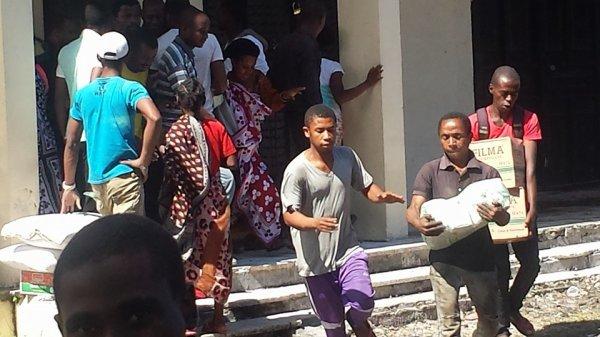Un local des produits alimentaires destin�s aux n�cessiteux est attaqu� par le peuple