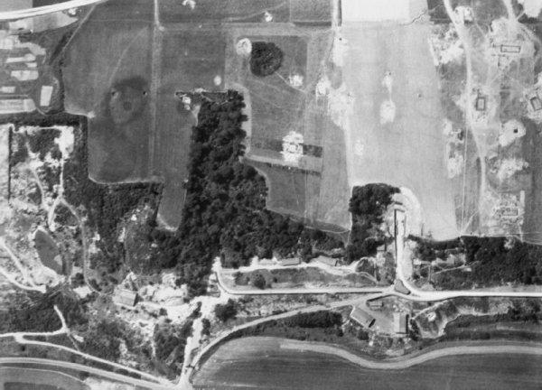 Photo a�rienne alli�es de l'usine souterraine de bombe V1 de St Leu d'Esserent avant les Bombardements de 1944