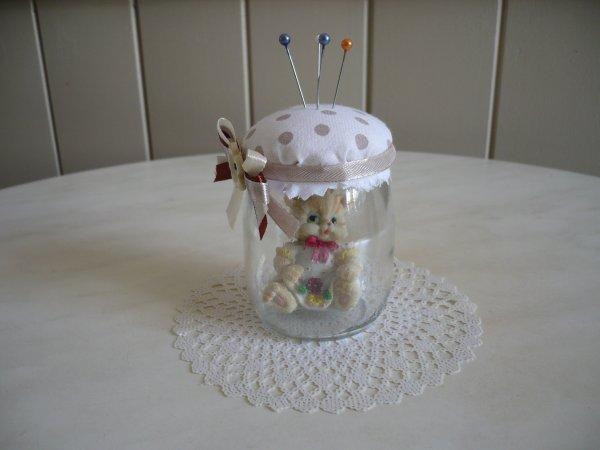 Des petits pots de yaourt en verre transform s en pique for Que faire avec des bocaux en verre