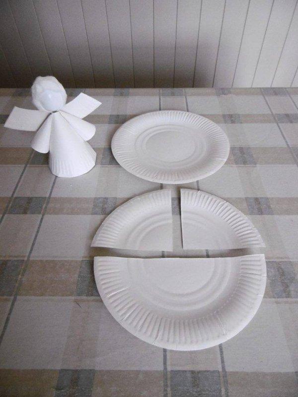 un ange avec une assiette en carton et une cuill re en. Black Bedroom Furniture Sets. Home Design Ideas