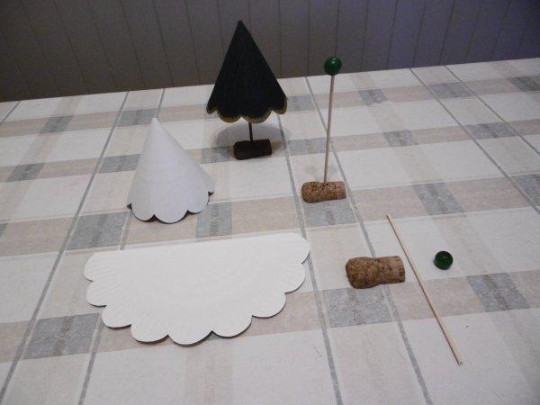 Des petits sapins avec une assiette en carton et un bouchon de liège