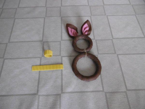 un porte serviette lapin avec des anneaux de rideaux en bois les p 39 tites mains bricoleuses. Black Bedroom Furniture Sets. Home Design Ideas